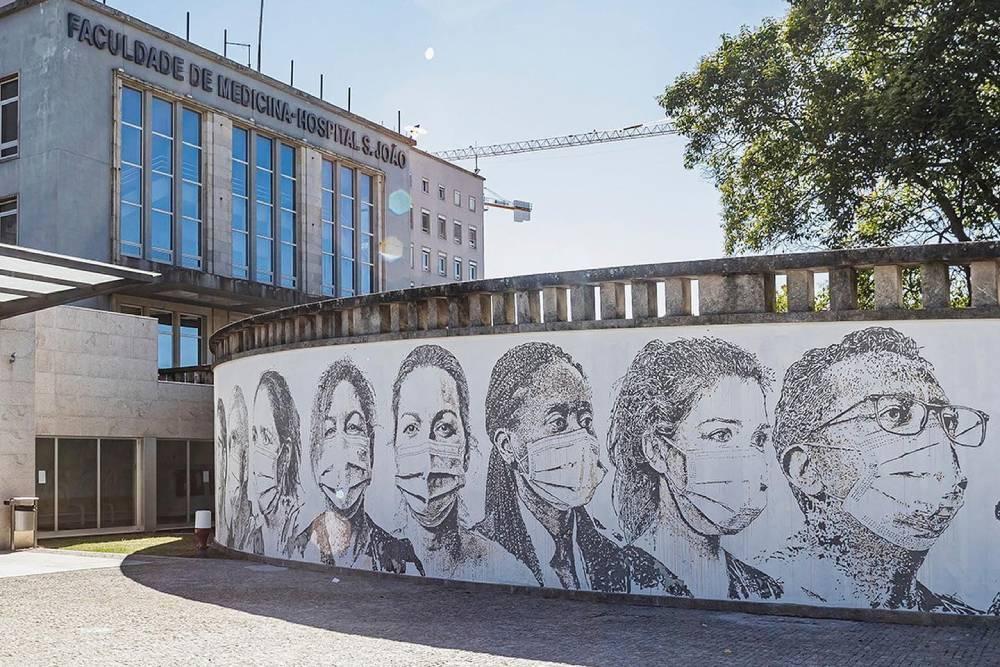 dipinto su muro raffigurante dieci volti di dieci dipendenti dell'ospedale